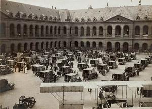 Le 20 juillet 1915, dans la cour d'Honneur de l'Hôtel des Invalides sont présentées 90 autos ambulances offertes à la France par la Grande- Bretagne. (C) Paris, musée de l'Armée