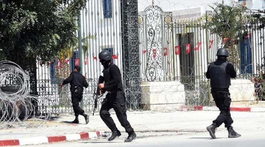 Des membres des Forces spéciales tunisiennes sécurisent le musée Bardo à Tunis après une attaque terroriste, le 18 mars 2015, AFP