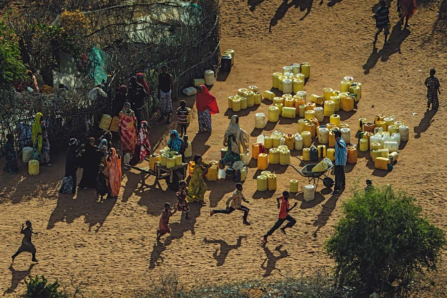 Selon le Haut commissariat aux réfugiés des Nations Unies (UNHCR), il y avait, en janvier 2015, 650 000 réfugiés, demandeurs d'asile et apatrides au Kenya . La plus grande partie d'entre eux vient de Somalie, et une partie moins importante du Soudan du Sud.