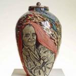 Grayson Perry, Memory Jar, 2013, [Jarre de mémoire], céramique, 40 × 35 cm. Bonnefantenmuseum, Maastricht | Sèvres–Cité de le céramique