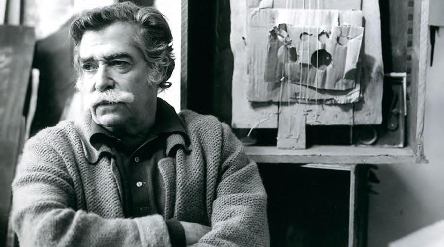 "Antoni Clavé devant ""Instrument en carton"""