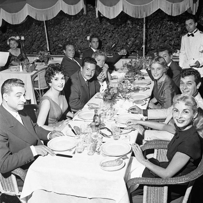 Gina LOLLOBRIGIDA, Maria SCHELL(en face) en robe de soirée, assise aux côtés de Tony CURTIS, acteur américain et de son épouse Janet LEIGH 1955 Rome