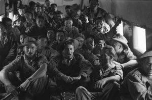 Willy Rizzo au centre - Na Sam 1952 - Au coeur de la bataille du Tonkin. Les soldats survolent en chantant la D.C.A du Vietminh