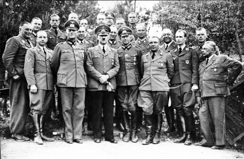 Hitler avec de proches collaborateurs, en mai ou juin 1940 ; Heinrich Hoffmann est au premier rang, à l'extrême-droite. Bundesarchiv, Bild 183-R99057 / CC-BY-SA 3.0