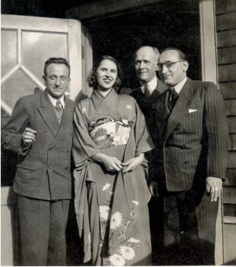 Ria Hackin et Joseph Hackin (3e en partant de la gauche), extrait d'un album de photographies de voyages (Japon, Inde, Afghanistan) © Musée national des arts asiatiques - Guimet)
