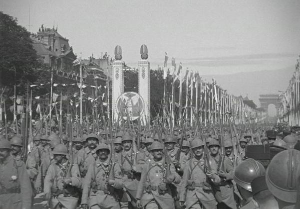 Défilé du 14 juillet 1919 sur les Champs-Élysées © Gaumont Pathé Archives - collection Gaumont