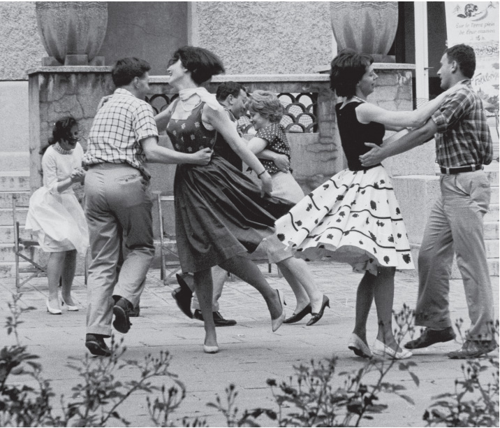 anine Niépce : Bal champêtre à la cité universitaire de Paris, 1962 © Janine Niépce / Courtesy Polka Galerie.