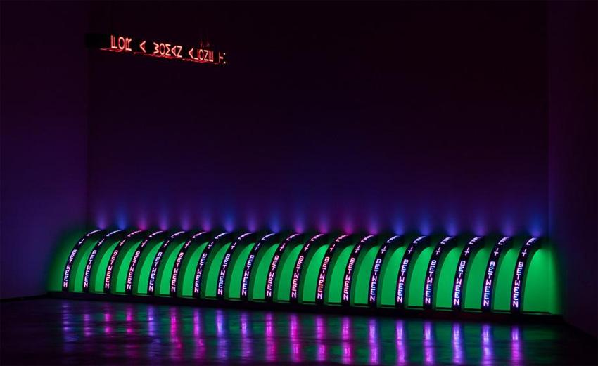 Jenny Holzer - Purple (Pourpre), 2008 20 panneaux à DEL à diodes bleues, vertes, rouges et blancs Chaque élément : 148,1 x 13,3 x 14,8 cm - Texte : documents du gouvernement américain Courtoisie de l'artiste © 2019 Jenny Holzer, member Artists Rights Society (ARS), NY / VEGAP - Photo : Collin LaFleche