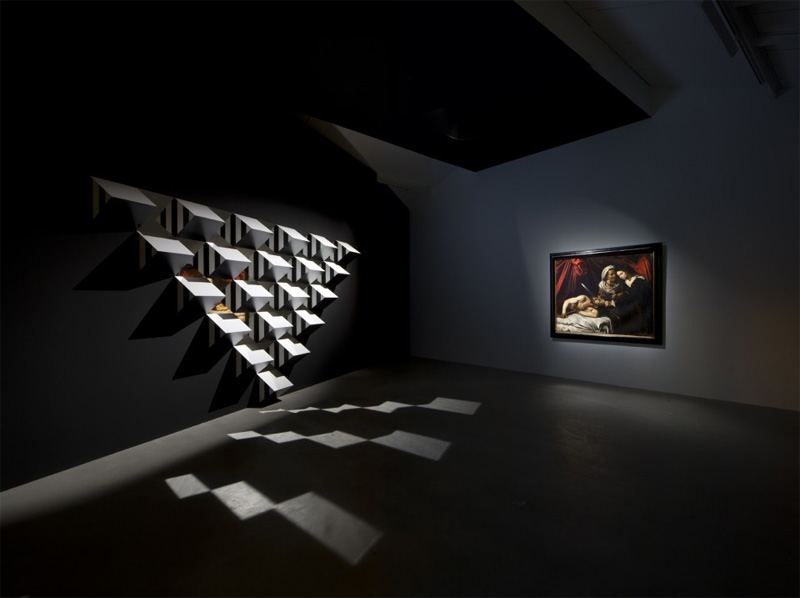 """View of the exhibition Caravaggio """"Judith and Holofernes"""" / Daniel Buren """"Pyramidal, haut-relief - A5"""