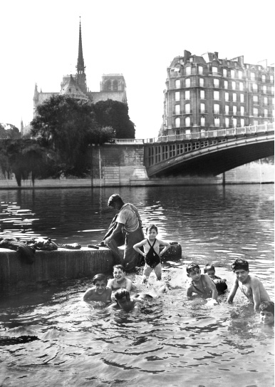 Notre Dame de Paris - Baignade au pied de Notre-Dame, 1937 © Gamma-Rapho / Archives Keystone / Courtesy Polka Galerie.